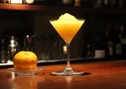 日本人が大好きな柚子を皮まで使った、 香り高い、冬だけの特別なカクテルです。